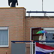 NLD/Wemeldinge/20100430 -  Koninginnedag 2010, politiespotter op dak van een flat