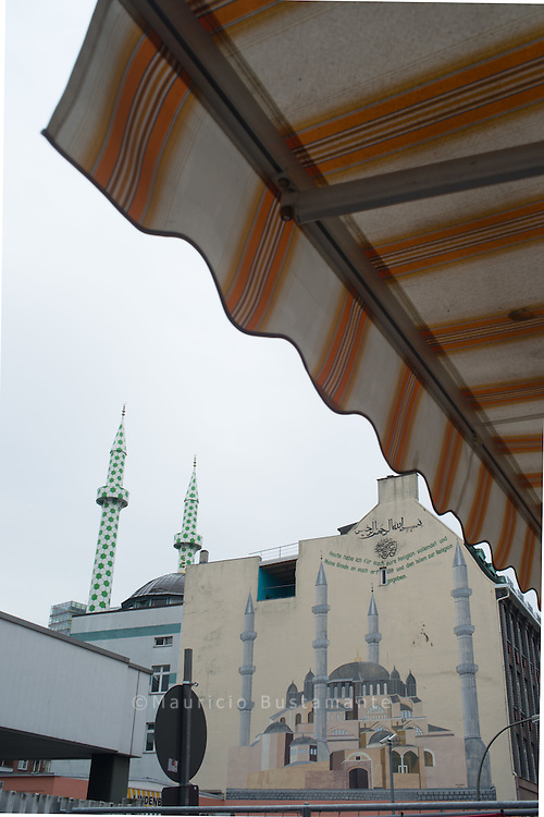 Aussenansicht der Centrum-Moschee in Hamburg St. Georg. Die vom Kuenstler Boran Burchardt im Fussball Design neu gestalteten Minaretten ragen in den Himmel.