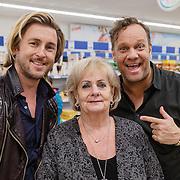 NLD/Huizen/20160309 - Carlo Boszhard en zijn moeder maken opname bij de Lidl supermarkt in Huizen