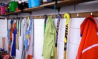 Kleedkamer Hockeyclub. sticks en kleding aan de haakjes.  COPYRIGHT KOEN SUYK