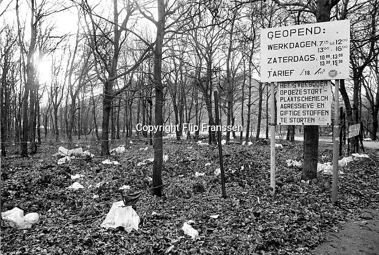 Nederland, Wijchen, 15-2-1983Een stort, vuilstort, van de gemeente in het dorp alverna. De afvalberg had een hoogte van enkele tientallen meters en werd in de loop van de tachtiger jaren gesloten. Ze werd afgedekt en er kwam een skibaan op . Het meeste afval werd in Nederland op deze manier afgevoerd en op een hoop gegooid. Ze waren daardoor ook vaak bron van bodemvervuiling, bodemverontreiniging door chemisch afval wat ook gedumpt werd.Foto: Flip Franssen