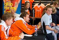 ROTTERDAM - Quirijn Caspers. Meet and Greet, handtekeningen verzamelen bij de hockey internationals in de Adidas stand tijdens de Rabobank Hockey World League. FOTO KOEN SUYK