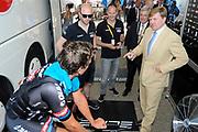 Koning Willem Alexander aanwezig bij Tour de France / King Willem Alexander attends Tour de France<br /> <br /> Op de foto / On the photo:  Koining Willem Alexander op bezoek bij Team Giant-Alpecin