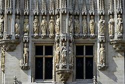 THEMENBILD - Brüssel ist die Haupt- und Residenzstadt des Königreichs Belgien, Sitz der Institutionen der Flämischen und Französischen Gemeinschaft Belgiens sowie von Flandern und Hauptort der Region Brüssel-Hauptstadt. Zudem stellt die Stadt den Hauptsitz der Europäischen Union sowie den Sitz der NATO, ferner den des ständigen Sekretariats der Benelux-Länder, der Westeuropäischen Union und der EUROCONTROL, hier im Bild Mit zahlreichen Skulpturen geschm¬ücktes Rathaus, Hotel de Ville, st¬ädtische, linke Seite, Grote Markt, Grand Place, UNESCO Weltkulturerbe aufgenommen am 28. Juli 2013 // THEMES PICTURE - Brussels is the capital and residence city of the Kingdom of Belgium, the seat of the institutions of the Flemish and French Community of Belgium and the capital of Flanders and Brussels-Capital Region. In addition, the city is the headquarters of the European Union, and the headquarters of NATO, also the Permanent Secretariat of the Benelux countries, the Western European Union and EUROCONTROL pictured on 28th of July 2013. EXPA Pictures © 2013, PhotoCredit: EXPA/ Eibner/ Michael Weber<br /> <br /> ***** ATTENTION - OUT OF GER *****