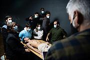 """20210514 /URUGUAY / MONTEVIDEO / """"Uruguay: ensayo pandémico"""" es una obra que está realizando el fotógrafo Alejandro Persichetti, junto a actores y actrices de Primer Ensayo. La obra en ejecución consiste en resignificar imágenes del mundo del arte, en una reinterpretación estética, social, etc. en épocas de pandemia y crisis económica y social.<br /> Estas fotos son en base a la obra """"Lección de anatomía"""" del pintor Rembrandt. Se realizaron en Implosivo Teatro.<br /> <br /> En la foto: """"Uruguay: ensayo pandémico"""" es una obra en desarrollo del fotógrafo Alejandro Persichetti y Primer Ensayo que resignifica pinturas, fotografías, obras de arte. La foto es la número 5 y es con """"Lección de anatomía"""" de Rembrandt como referencia. Foto: Santiago Mazzarovich / adhocFOTOS"""