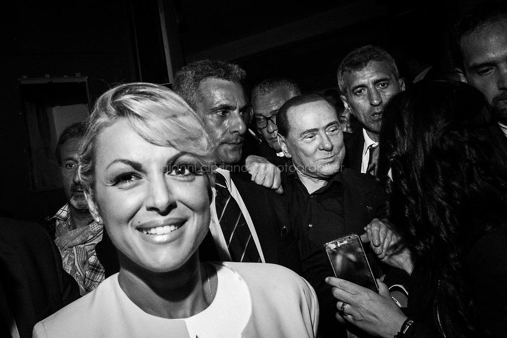 NAPOLI, 27 MAGGIO 2016: Silvio Berlusconi e la sua compagna Francesca Pascale si dirigono verso l'uscita del Cinema Filangieri dopo il comizio in sostegno a Gianni Lettieri per la candidatura a sindaco di Napoli.