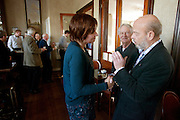 Ruth Peetoom praat in Heerenveen met een lid van het CDA. Ze bezoekt de provincie Flevoland en Heerenveen tijdens haar campagne als kandidaat-voorzitter van het CDA. Peetoom wil weten wat de CDA leden willen en haar verhaal vertellen, zodat de leden weten op wie ze kunnen stemmen