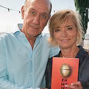 """NLD/Amsterdam//20170601 - Boekpresentatie """"En Nu Ik"""" van Peter Römer en partner Annet Hock , Peter en Annet Romer met hun boek"""