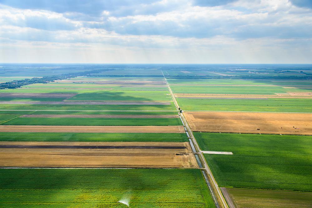 Nederland, Drenthe, Gemeente Borger-Odoorn, 27-08-2013; Tussen Tweede Exloermond en Valthermond, Noorderboerplaatsen. Veenkoloniaal landschap met grasland en aarappelvelden en beregeningsinstallatie voor de gewassen.<br /> Peat landscape, grass and potatoes, with irrigation system for crops (East Netherlands).<br /> luchtfoto (toeslag op standaard tarieven);<br /> aerial photo (additional fee required);<br /> copyright foto/photo Siebe Swart.