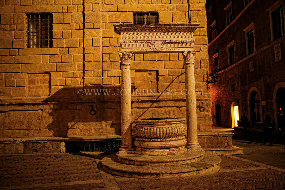Photo of an old well in the Piazza Pio II in Pienza, Italy.