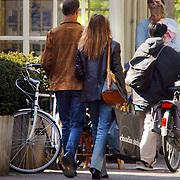 Tony berk en nieuwe vriendin winkelend in Laren