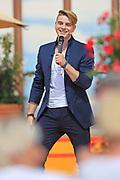Auftritt des Schweizer Sängers Vincent Gross bei der ARD-Unterhaltungsshow «Immer wieder sonntags» mit Stefan Mross. TV-Aufzeichnung vom 27. Juni 2021 im Europa Park Rust.