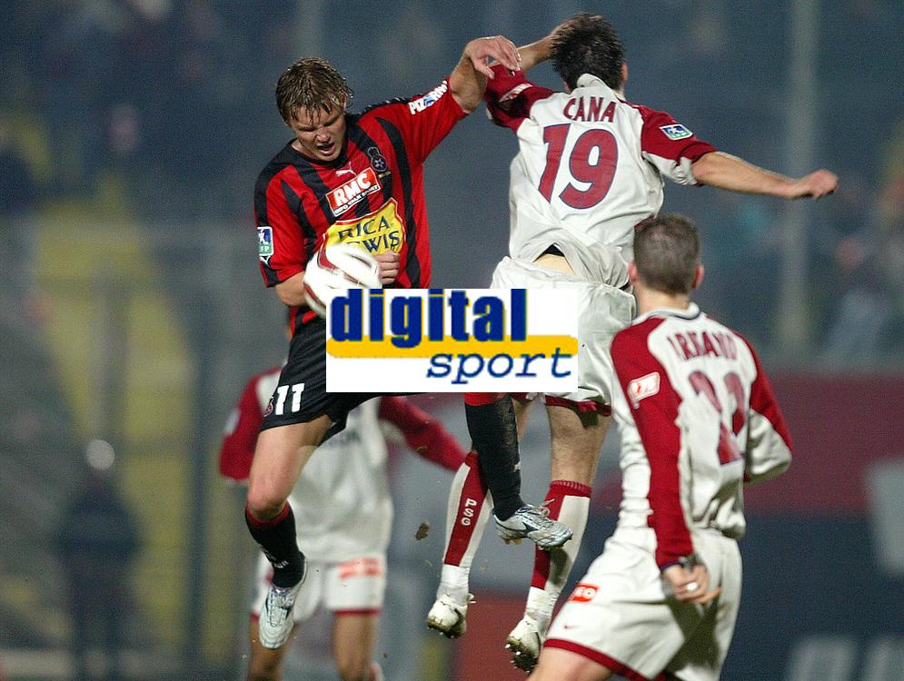 Fotball<br /> Frankrike 2004/05<br /> Nice v Paris Saint Germain<br /> 27. november 2004<br /> Foto: Digitalsport<br /> NORWAY ONLY <br /> EDGARAS JANKAUSKAS (NICE) / LORIK CANA (PSG)