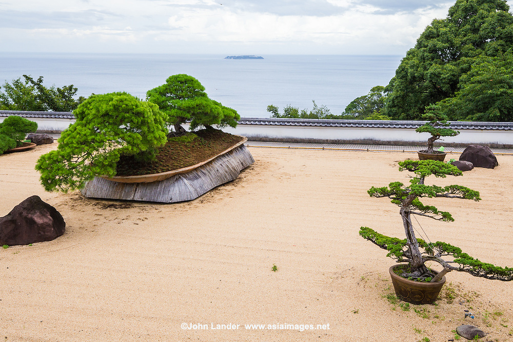 The Atami Akao Herb and Rose Garden is a terraced array of twelve differently themed gardens. <br /> Of the dozen gardens,the most famous is the Japanese garden with the largest bonsai in Japan. <br /> Besides this garden there is a total of more than 100,000 herbal plants and 5000 rose bushes in other gardens at Akao