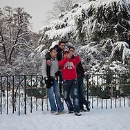 Nevicata a Milano. Dodici centimetri di neve in due giorni. Un gruppo di ragazzi si scattano una foto ricordo.