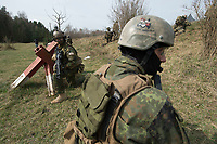 """03 APR 2012, LEHNIN/GERMANY:<br /> Kampfschwimmer der Bundeswehr trainieren """"an Land"""" infanteristische Kampf, hier Haeuserkampf- und Geiselbefreiungsszenarien auf einem Truppenuebungsplatz<br /> IMAGE: 20120403-01-022<br /> KEYWORDS: Marine, Bundesmarine, Soldat, Soldaten, Armee, Streitkraefte, Spezialkraefte, Spezialkräfte, Kommandoeinsatz, Übung, Uebung, Training, Spezialisierten Einsatzkraeften Marine, Waffentaucher"""