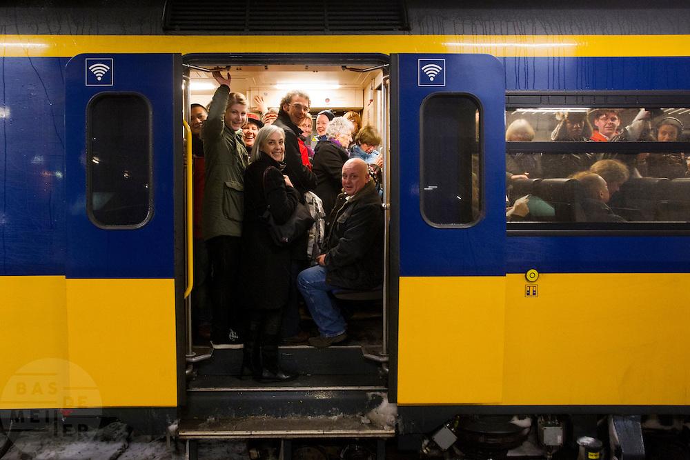 Reizigers zitten opgepropt in een trein die wel rijdt vanaf Utrecht CS. Door de hevige sneeuwval is het treinverkeer ernstig ontregeld, ondanks de voorbereidingen van de NS en ProRail.<br /> <br /> Passengers are packed in a train that actually would leave. Due to the snow the schedule of the Dutch railways is badly disordered, in spite of the precautions NS and ProRail took earlier this year.