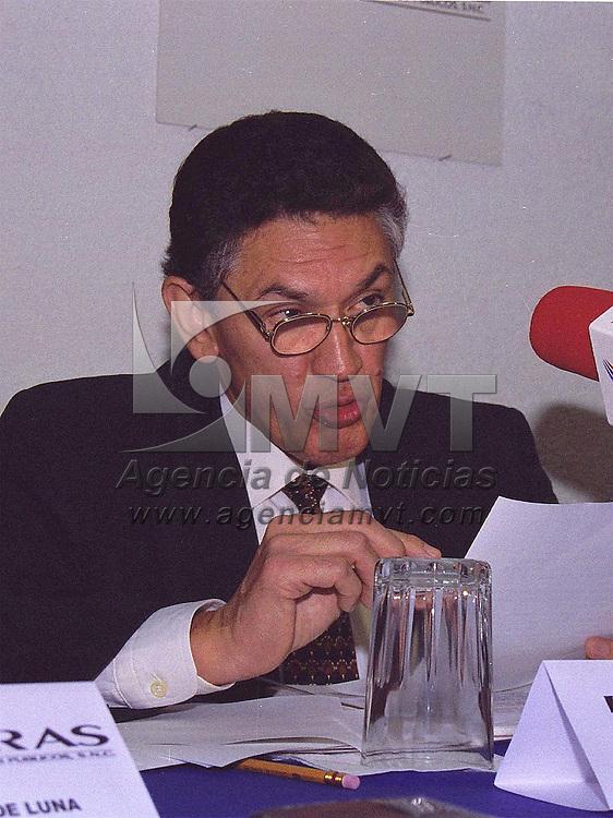 Toluca, Méx.- Arturo Avila Esparza delegado estatal de Banobras en conferencia de prensa anunció  el programa para el ahorro y uso eficiente de energía eléctrica así como el progragrama Integral de Residuos Sólidos. Agencia MVT/ Liz Cuevas