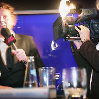 """Nederland,Amsterdam ,16 februari 2006.<br /> Schrijfster columnist Heleen van Royen tijdens de boekpresentatie van haar laatste roman """"de Ontsnapping"""" in Rain op Rembrandtplein.Filmploeg.BNNer.Televisie.Televisieploeg.Interview.Interviewer.Publiciteit. Foto: Jean-Pierre Jans"""