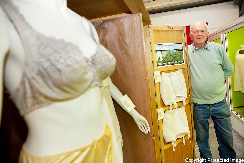 359594-André Gullentops bij zijn verzameling ouder lingerie&ondergoed-Heemkundig museum-Heuvel 41 b Putte