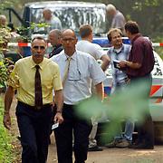 NLD/Huizen/20050906 - Verbrand lijk gevonden langs bospad Bussummerweg Huizen, officier van justitie van der Werf  (geel hemd)