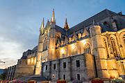 Beleuchtete Stiftskirche St. Waltrudis bei Dämmerung, Mons, Hennegau, Wallonie, Belgien, Europa   illuminated abbey church Saint Waltrude, Mons, Hennegau, Wallonie, Belgium, Europe