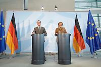 10 JAN 2007, BERLIN/GERMANY:<br /> Franz Muentefering (L), SPD, Bundesarbeitsminister, und Angela Merkel (R), CDU, Bundeskanzlerin, waehrend einer Pressekonferenz zu den Ergebnissen der vorangegangenen Kabinettsitzung, Bundeskanzleramt<br /> IMAGE: 20070110-01-030<br /> KEYWORDS: Franz Müntefering