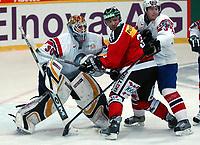 Ishockey, 12. janiuar 2005,  Sveits - Norge,<br /> Marcel Jenni mot Norges Pål Grotnes og  Mats Trygg.<br /> Foto:  Urs Bucher/Digitalsport