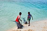 Tanzanie, archipel de Zanzibar, île de Unguja (Zanzibar), plage de Nungwi, pecheur // Tanzania, Zanzibar island, Unguja, Nungwi beach, fisher