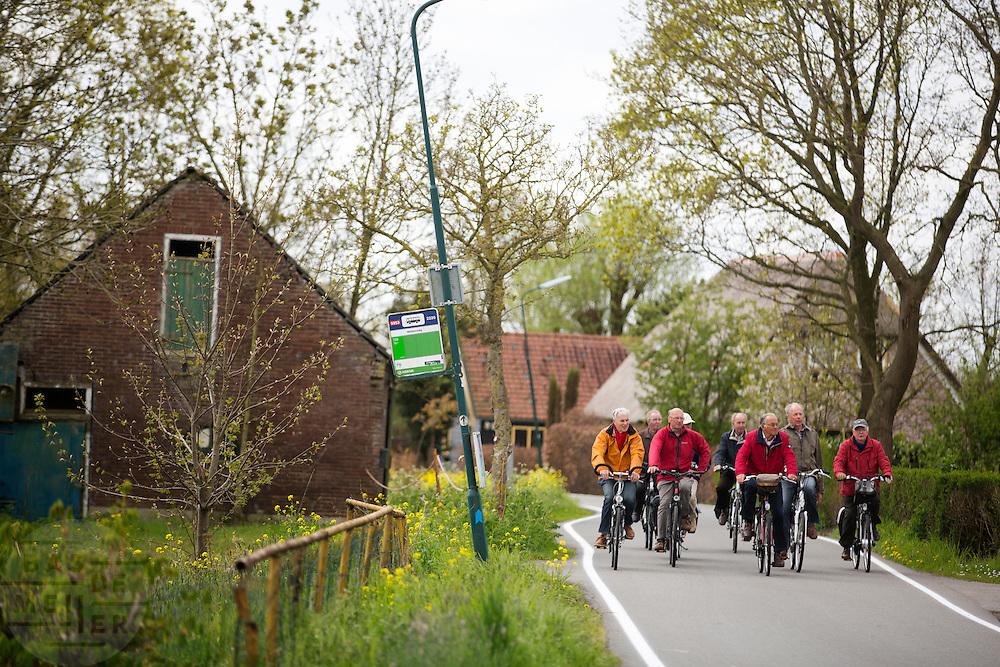 In Zegveld rijdt een groep mannen door het boerenlandschap.<br /> <br /> In Zegveld a group men cycle at the countryside.