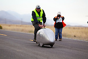 Gareth Hanks start tijdens de kwalificaties op maandagochtend. Het Human Power Team Delft en Amsterdam (HPT), dat bestaat uit studenten van de TU Delft en de VU Amsterdam, is in Amerika om te proberen het record snelfietsen te verbreken. In Battle Mountain (Nevada) wordt ieder jaar de World Human Powered Speed Challenge gehouden. Tijdens deze wedstrijd wordt geprobeerd zo hard mogelijk te fietsen op pure menskracht. Het huidige record staat sinds 2015 op naam van de Canadees Todd Reichert die 139,45 km/h reed. De deelnemers bestaan zowel uit teams van universiteiten als uit hobbyisten. Met de gestroomlijnde fietsen willen ze laten zien wat mogelijk is met menskracht. De speciale ligfietsen kunnen gezien worden als de Formule 1 van het fietsen. De kennis die wordt opgedaan wordt ook gebruikt om duurzaam vervoer verder te ontwikkelen.<br /> <br /> The Human Power Team Delft and Amsterdam, a team by students of the TU Delft and the VU Amsterdam, is in America to set a new world record speed cycling.In Battle Mountain (Nevada) each year the World Human Powered Speed Challenge is held. During this race they try to ride on pure manpower as hard as possible. Since 2015 the Canadian Todd Reichert is record holder with a speed of 136,45 km/h. The participants consist of both teams from universities and from hobbyists. With the sleek bikes they want to show what is possible with human power. The special recumbent bicycles can be seen as the Formula 1 of the bicycle. The knowledge gained is also used to develop sustainable transport.