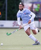 EINDHOVEN - hockey - Sardar Singh van Bloemendaal tijdens de hoofdklasse hockeywedstrijd tussen de mannen van Oranje-Zwart en Bloemendaal (3-3). COPYRIGHT KOEN SUYK