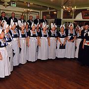 Uitreiking boek over de palingsound in volendam, Volendams koor in klederdracht