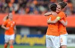 20-05-2015 NED: Nederland - Estland vrouwen, Rotterdam<br /> Oefeninterland Nederlands vrouwenelftal tegen Estland. Dit is een 'uitzwaaiwedstrijd'; het is de laatste wedstrijd die de Nederlandse vrouwen spelen in Nederland, voorafgaand aan het WK damesvoetbal 2015 / Merel van Dongen #4, Tessel Middag #6