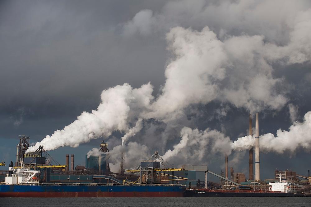 Nederland, IJmuiden, 1 maart 2010.Corus, gezien vanaf de sluis in IJmuiden. Een van de grootste vervuilers van het land..Foto Michiel Wijnbergh