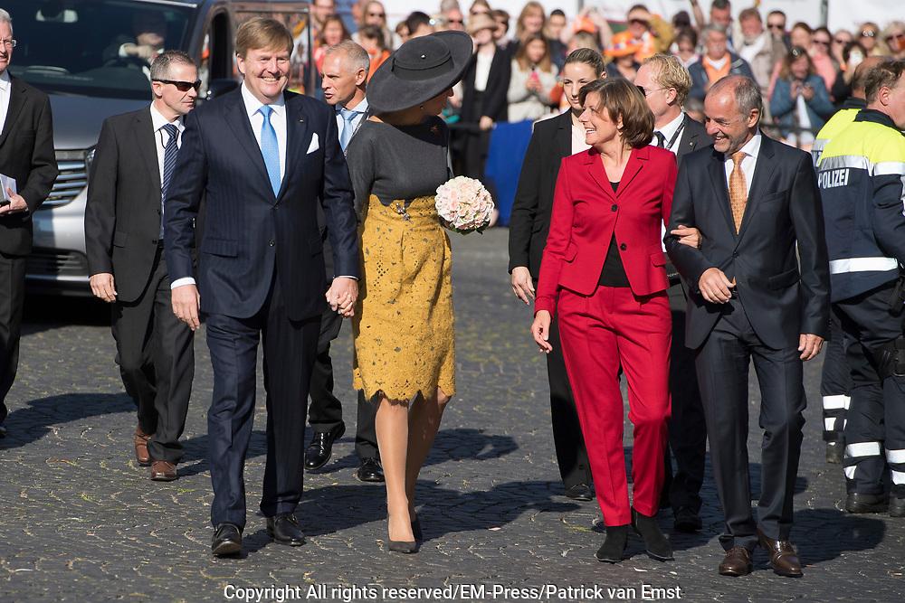 Zijne Majesteit Koning Willem-Alexander en Hare Majesteit Koningin Máxima brengen een werkbezoek aan de Duitse deelstaten Rijnland-Palts en Saarland.<br /> <br /> His Majesty King Willem-Alexander and Her Majesty Queen Máxima paid a working visit to the German federal states of Rhineland-Palatinate and Saarland.<br /> <br /> op de foto / On the Photo:   Koning Willem-Alexander en koningin Maxima worden ontvangen bij de Staatskanselarij van Rijnland-Palts door minister-president Malu Dreyer en haar partner. <br /> <br /> King Willem-Alexander and Queen Maxima are received at the State Chancellery of Rhineland-Palatinate by Prime Minister Malu Dreyer and her partner.