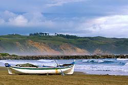 Canoa branca ancorada na praia de Imbituba, SC.<br /> <br /> FOTO: Jefferson Bernardes / Preview.com