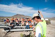 Het Human Power Team Delft en Amsterdam hoort de snelheden van de zesde en laatste racedag van de WHPSC. In Battle Mountain (Nevada) wordt ieder jaar de World Human Powered Speed Challenge gehouden. Tijdens deze wedstrijd wordt geprobeerd zo hard mogelijk te fietsen op pure menskracht. Ze halen snelheden tot 133 km/h. De deelnemers bestaan zowel uit teams van universiteiten als uit hobbyisten. Met de gestroomlijnde fietsen willen ze laten zien wat mogelijk is met menskracht. De speciale ligfietsen kunnen gezien worden als de Formule 1 van het fietsen. De kennis die wordt opgedaan wordt ook gebruikt om duurzaam vervoer verder te ontwikkelen.<br /> <br /> The Human Power Team Delft and Amsterdam listens to the speeds of the sixth and last racing day of the WHPSC. In Battle Mountain (Nevada) each year the World Human Powered Speed Challenge is held. During this race they try to ride on pure manpower as hard as possible. Speeds up to 133 km/h are reached. The participants consist of both teams from universities and from hobbyists. With the sleek bikes they want to show what is possible with human power. The special recumbent bicycles can be seen as the Formula 1 of the bicycle. The knowledge gained is also used to develop sustainable transport.