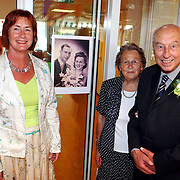 NLD/Huizen/20070719 - 60 Jarig huwelijk Fam. Kramer - Hartog De Rustmaat Huizen, wethouder Liesbeth Tijhaar bezoekt, op de achtergrond hun huwelijksfoto