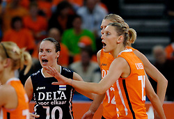 11-11-2007 VOLLEYBAL: PRE OKT: NEDERLAND - AZERBEIDZJAN: EINDHOVEN<br /> Nederland wint ook de de laatste wedstrijd. Azerbeidzjan verloor met 3-1 / Ingrid Visser en Janneke van Tienen<br /> ©2007-WWW.FOTOHOOGENDOORN.NL