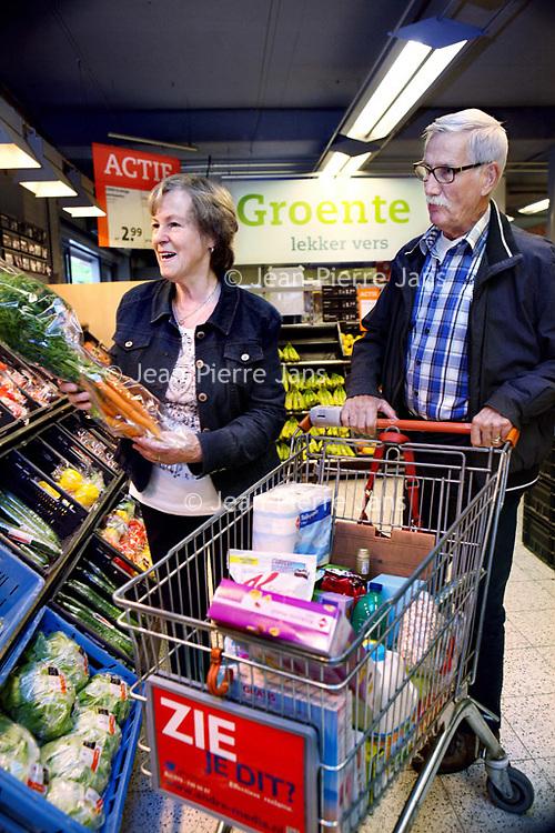 Nederland, Amstelveen , 19 augustus 2014.<br /> Voor de rubriek Blije klant: Greet de Langen en haar man Jan komen tevreden winkelend de C1000 in Amstelveen uitgewandeld.<br /> Foto:Jean-Pierre Jans