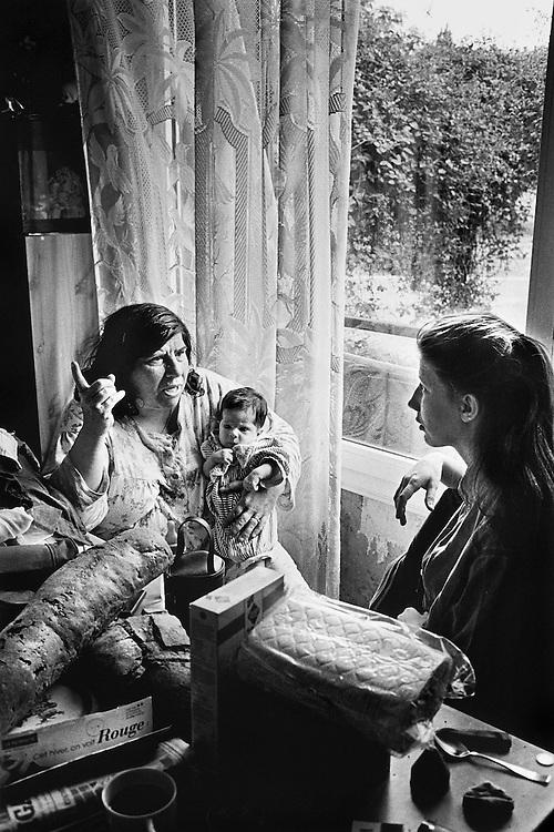 Paris, 1996. Nathalie, sa mere et Leila. L'histoire se renouvelle,  Nathalie ne fait que reproduire l'histoire de sa mere.