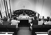 Nederland, Nijmegen, 28-12-1983 Een promotie in de oude aula van de Katholieke Universiteit Nijmegen, KUN, die later Radboud Universiteit, RU, ging heten. Aan de muur hangt een groot kruisbeeld vanwege het katholieke karakter van de instelling. Foto: ANP/ Hollandse Hoogte/ Flip Franssen