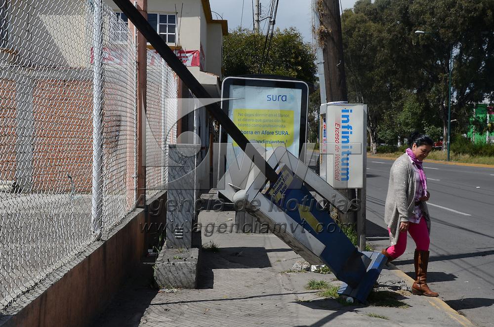 Zinacantepec, México (Octubre 31, 2016).- Un telefono público se encuentra parcialmente derribado en el banqueta, obstruyendo el paso peatonal en la avenida Adolfo López casi esquina Calle Hacienda Barbabosa. Agencia MVT / Arturo Hernández.