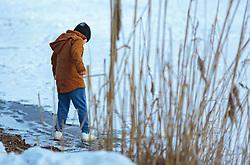 THEMENBILD - ein Kind betritt das zugefrorene Ufer, aufgenommen am 28. Februar 2018, Zell am See, Österreich // a child enters the frozen shore on 2018/02/28, Zell am See, Austria. EXPA Pictures © 2018, PhotoCredit: EXPA/ Stefanie Oberhauser