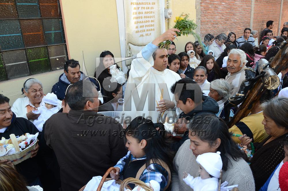 Toluca, México.- Fieles católicos acudieron a diversas  iglesias de la ciudad de Toluca a bendecir sus imágenes del Niño Dios, como parte de la celebración del Día de la Candelaria. Agencia MVT / Arturo Hernández S.
