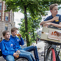 Nederland, Amsterdam, 3 juli 2016.<br /> De Croissant Boys, een familiebedrijf bestaande uit 3 broers die zondagochtend tussen 9-12 uur verse croissants met roomboter en/of jam en verse jus d'orange bij u thuis bezorgt.<br /> Op de foto van l.n.r. Stijn, Bas en Willem Rosier aan het einde vd ochtend na hun allerlaatste levering.<br /> <br /> The Croissant Boys, a family business consisting of three brothers who deliver fresh croissants with butter and / or jam and fresh orange juice to your home on sunday mornings between 9-12 am.  <br /> photo: Last delivery at the end of the morning.<br /> Foto: Jean-Pierre Jans