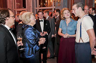 NLD/Katwijk/20101030 - Inloop premiere musical Soldaat van Oranje, Koninging Beatrix in gesprek met de hoofdrolspelers (poolfoto:Edwin Janssen / Joris van Bennekom )