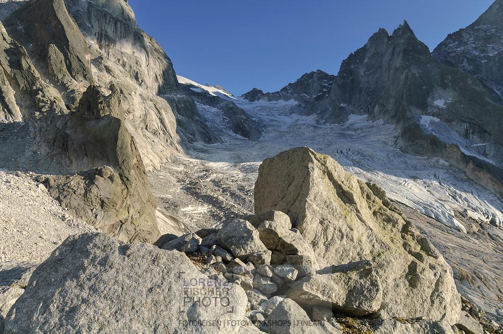 -- Im Zentrum der Passo di Bondo mit dem Vadrec (Gletscher) de la Bondasca und der Sciora Gruppe links und derCengalo Gruppe rechts im Bild.