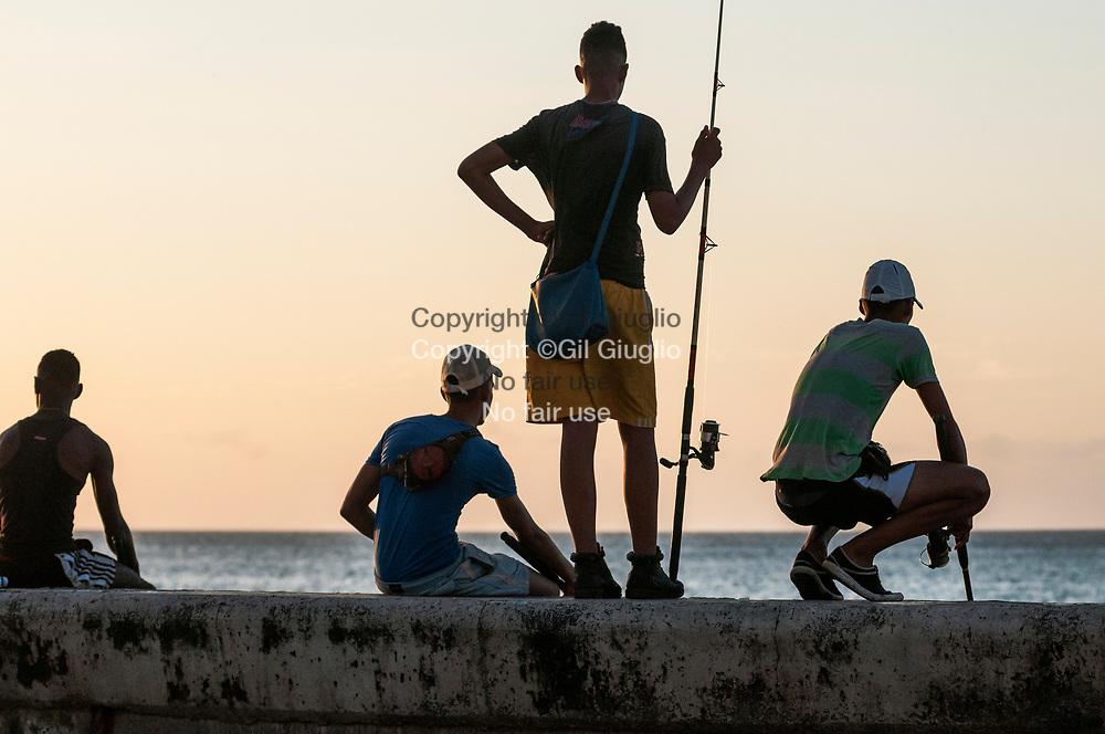 Cuba, La Havane, pêcheurs sur le Malecon au niveau de Habana Centro // Cuba, Havana, fishermen on Malecon, area of Habana Centro